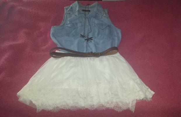 camisa denim y falda de tull blanca.